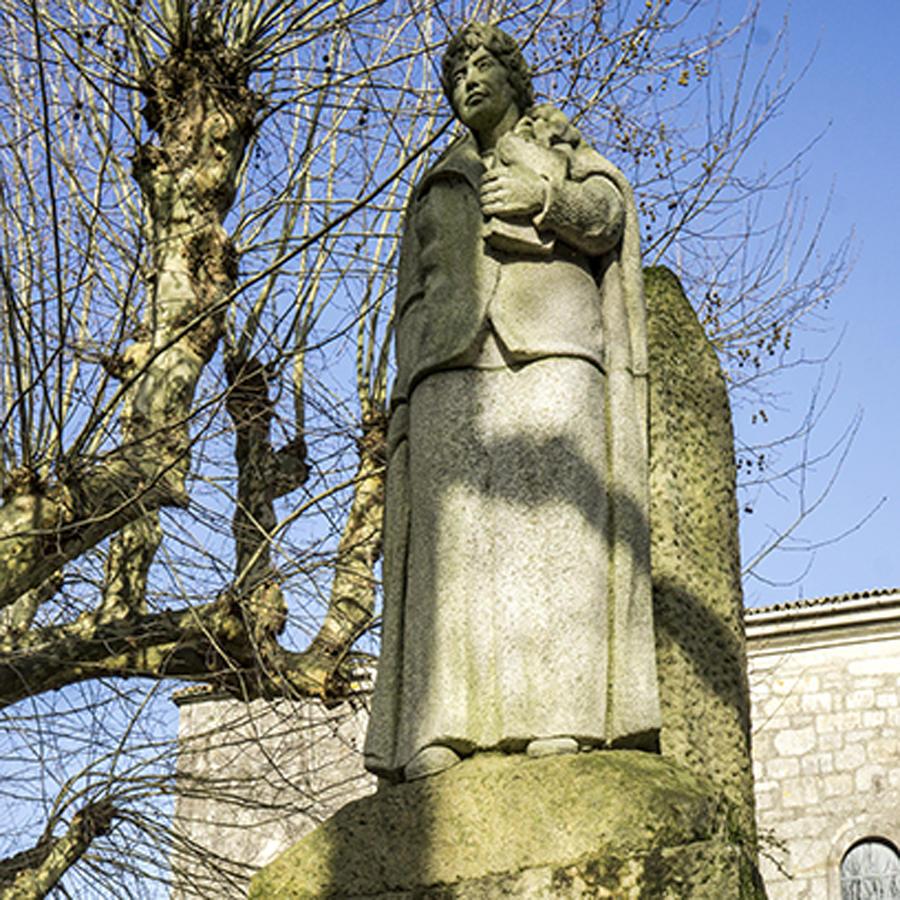 Estatua de Rosalía en el Espolón